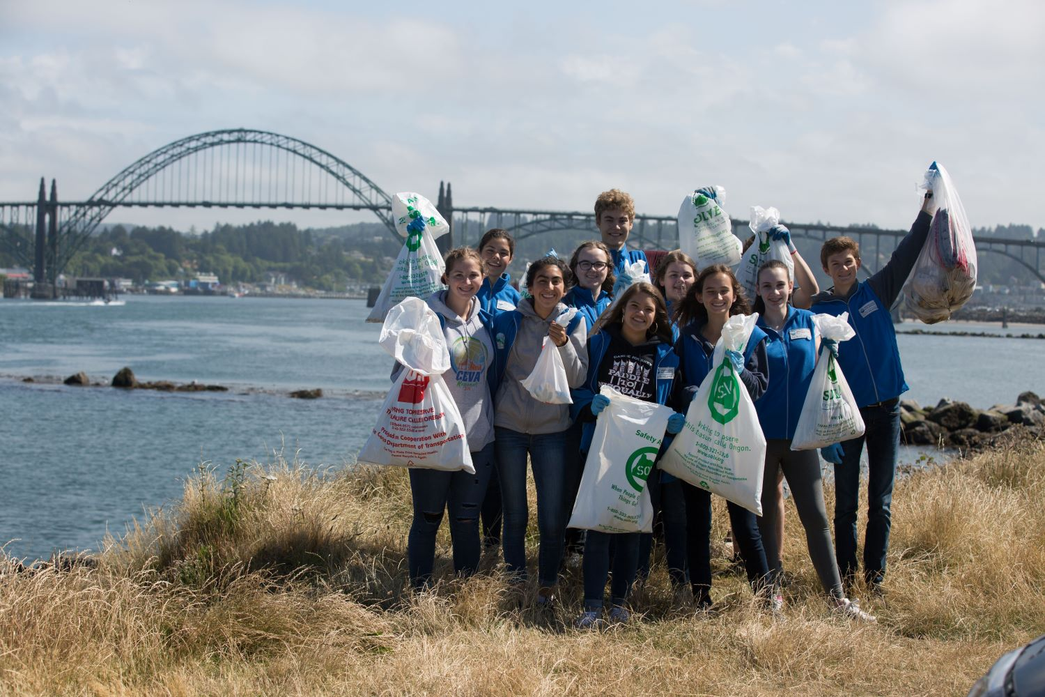 OCAq-SMC-youth-volunteer-beach-cleanup-12